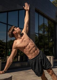 Hombre sin camisa trabajando al aire libre