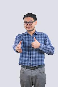 Hombre con camisas de rayas azules y gafas