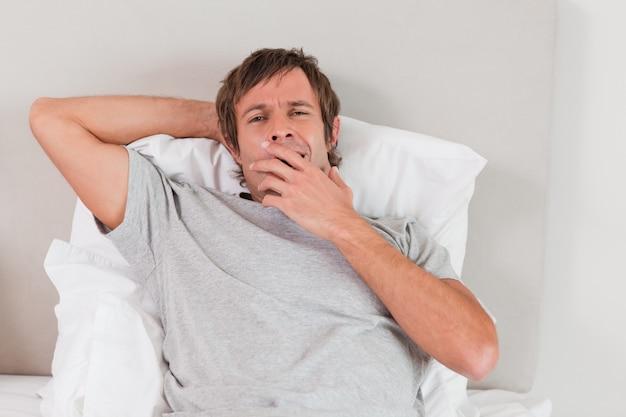 Hombre cansado bostezando