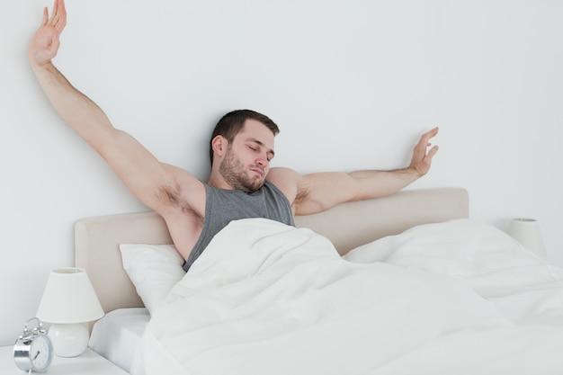 Hombre cansado estirar los brazos