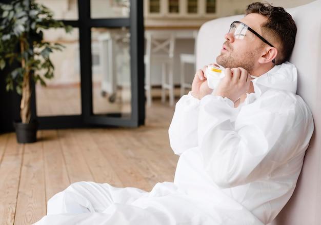 Hombre cansado con gafas