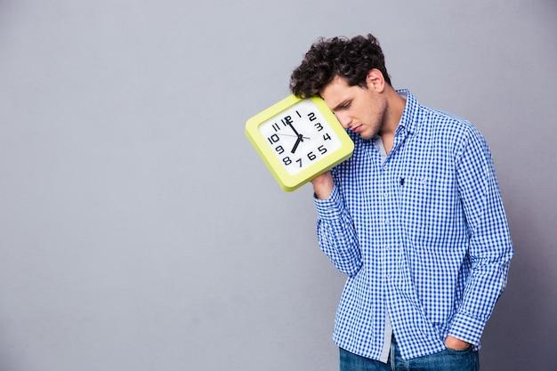 Hombre cansado con gran reloj