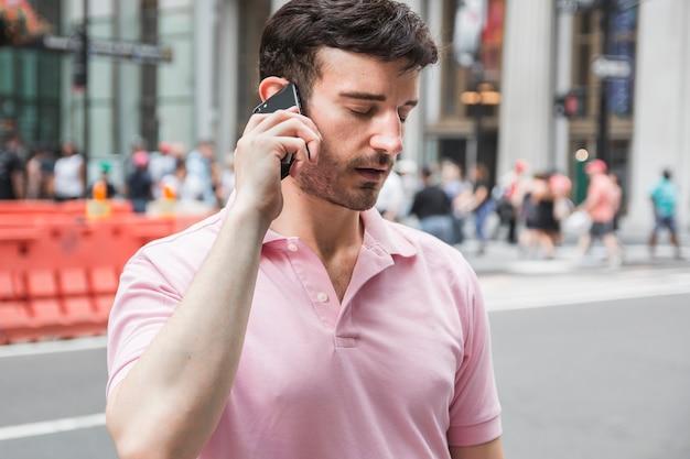 Hombre cansado hablando en teléfono inteligente
