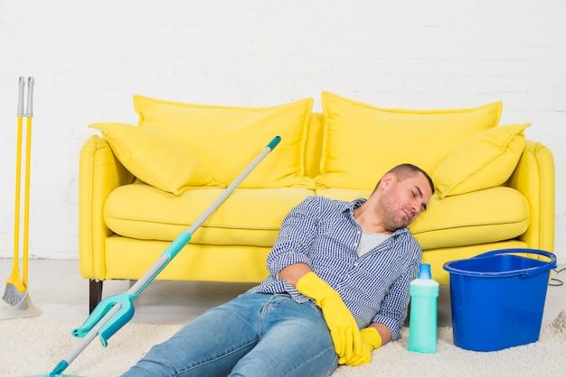 Hombre esta cansado de limpiar