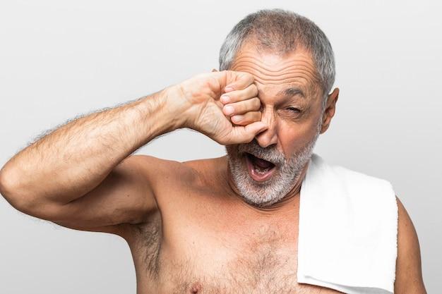 Hombre cansado de primer plano con toalla