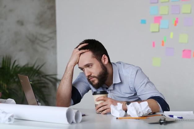 Hombre cansado en el trabajo