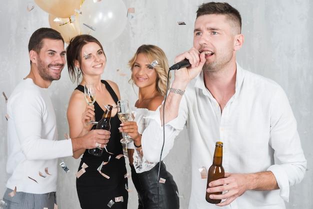 Hombre cantando karaoke