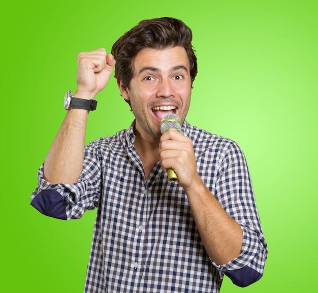 Hombre cantando en karaoke