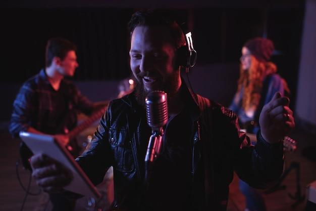 Hombre cantando en micrófono retro