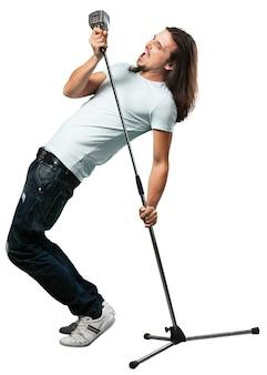 Hombre cantante de rock cantando en el micrófono