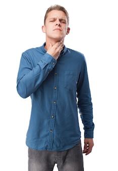 Hombre con cara de dolor tocándose la garganta