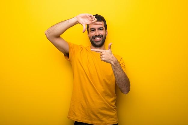 Hombre en la cara de enfoque de color amarillo vibrante aislado. símbolo de encuadre