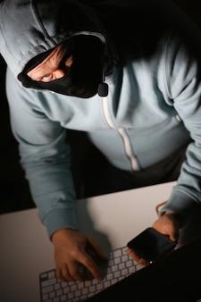 El hombre carder en máscara se conecta a darknet