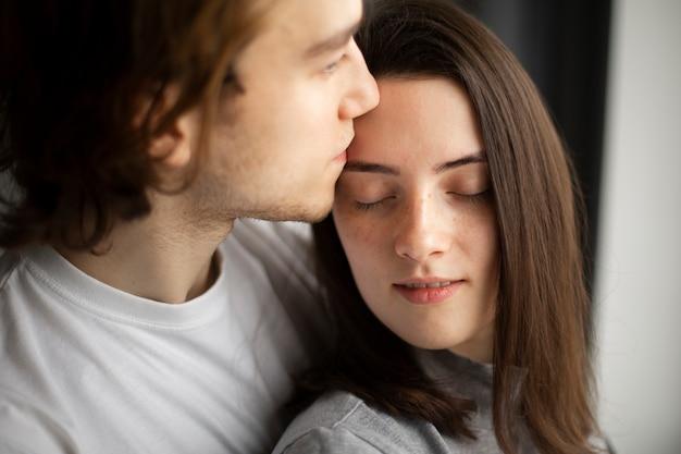 Hombre cariñoso abrazando novia