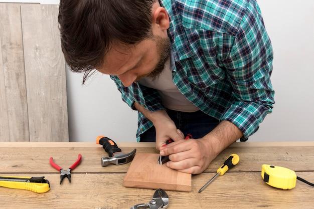 Hombre carpintero trabajando con madera