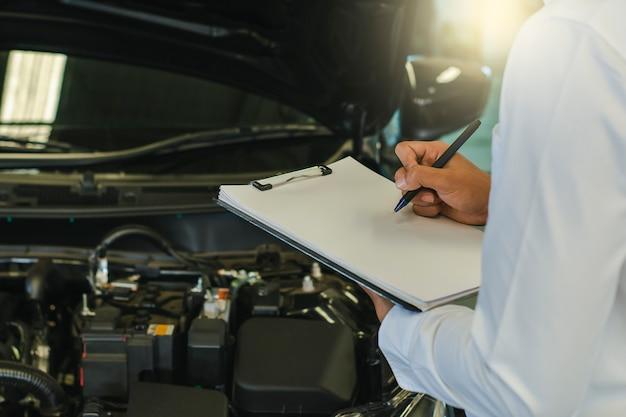 Este hombre de carrera saleman inspección de negocios escribiendo nota en el bloc de notas
