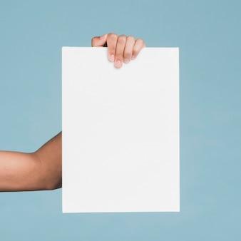 Hombre con un cartel en blanco