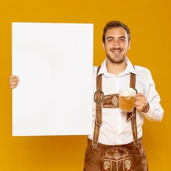 Hombre con cartel maqueta y cerveza pinta