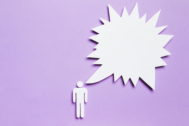 Hombre de cartón blanco pensando sobre fondo violeta
