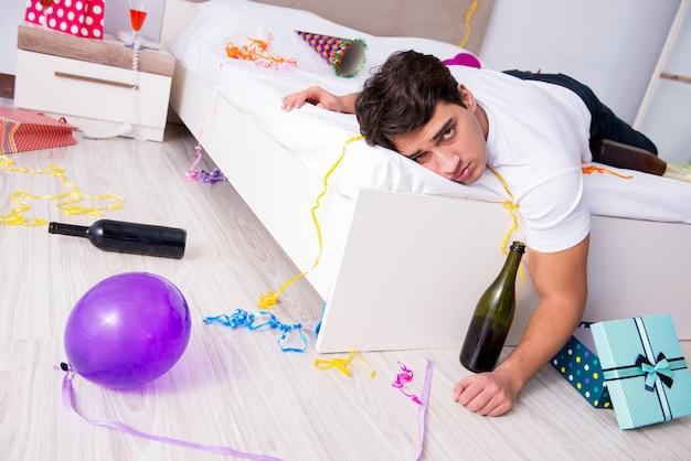 Hombre en casa después de una gran fiesta