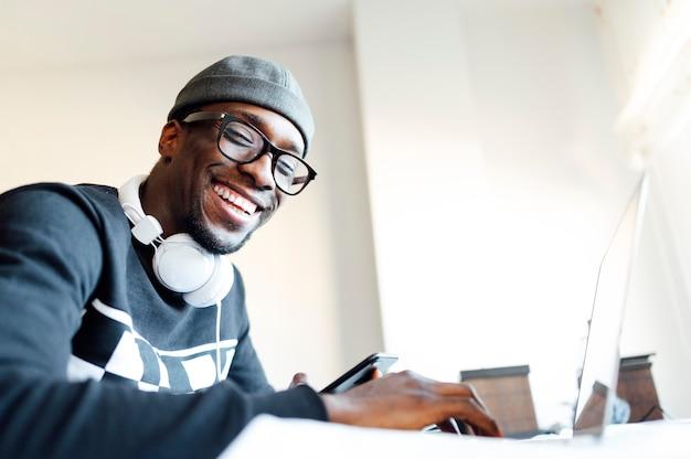 Hombre en casa con laptop
