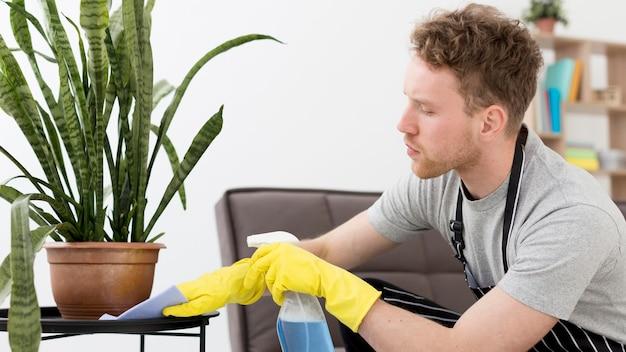 Hombre, en casa, limpieza