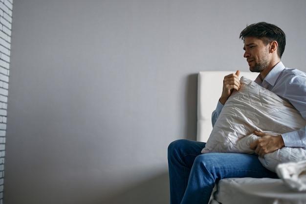 Hombre en casa soledad depresión trastorno interior