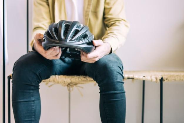 Hombre con un casco de bicicleta