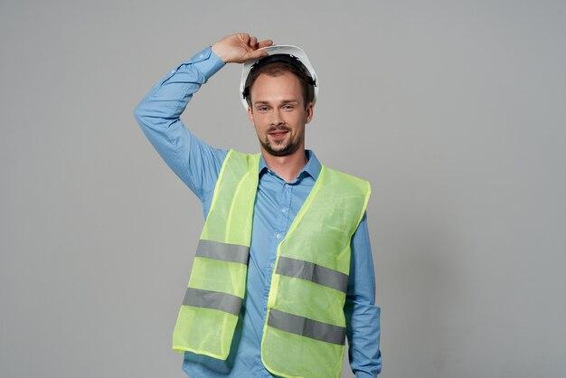 Hombre en casco blanco protección profesión trabajo fondo claro