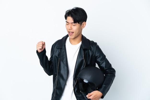 Hombre con un casco de moto aislado celebrando una victoria