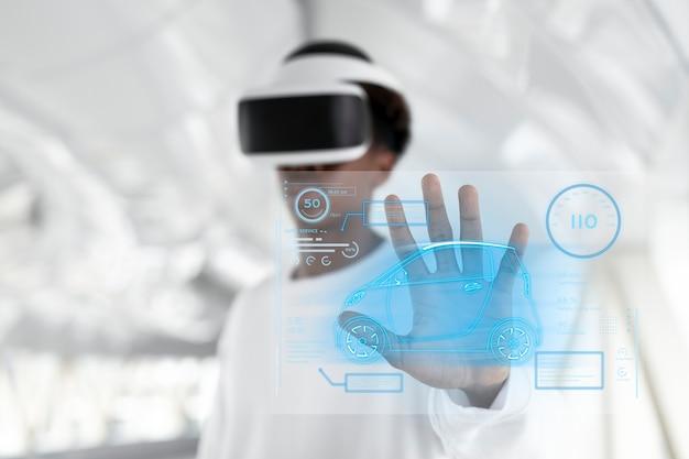 Hombre con casco de realidad virtual tocando una pantalla holográfica