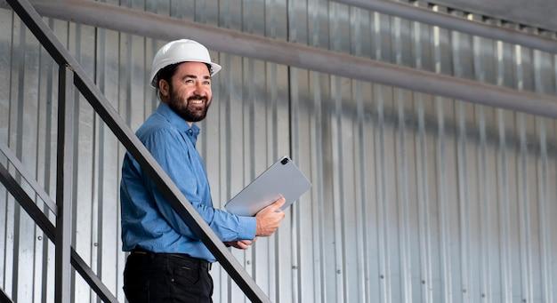 Hombre con casco trabajando en almacén