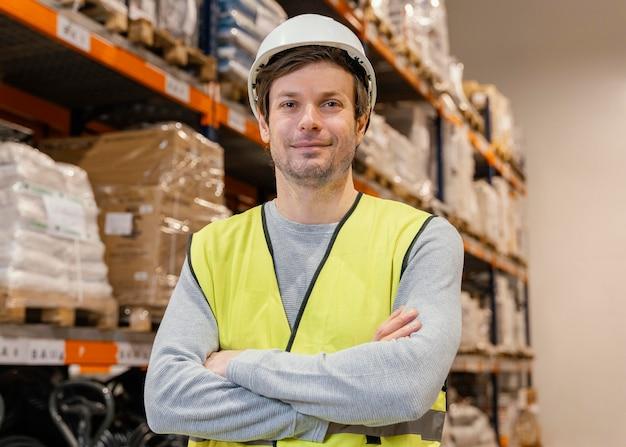 Hombre con casco trabajando logística