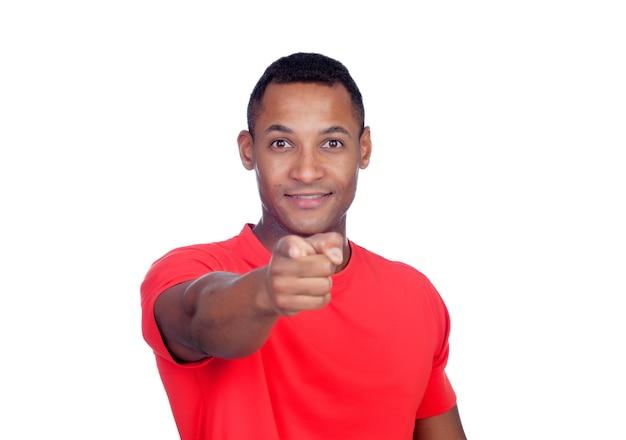 Hombre casual de américa latina apuntando a la cámara con el dedo