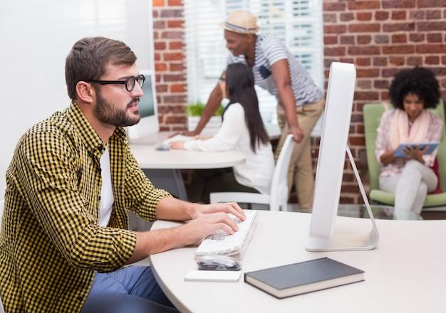 Hombre casual concentrado usando la computadora
