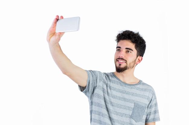 Hombre casual tomando un selfie