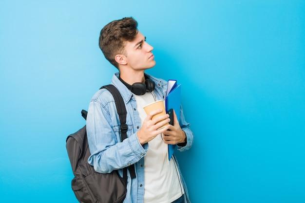 Hombre caucásico adolescente listo para ir a la escuela