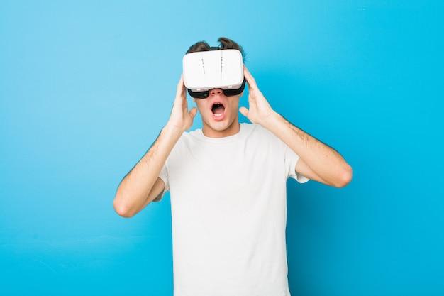 Hombre caucásico adolescente usando unas gafas de realidad virtual
