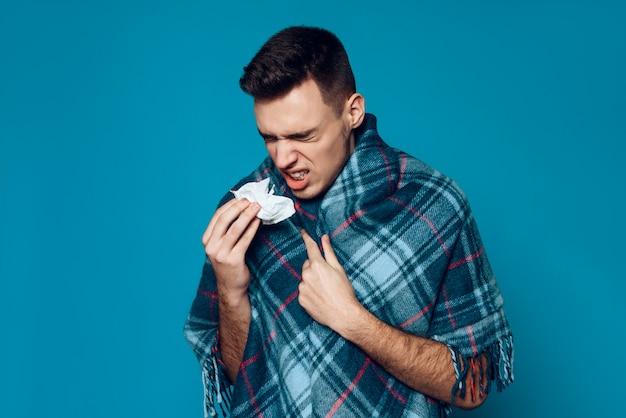 El hombre caucásico está enfermo y estornudando