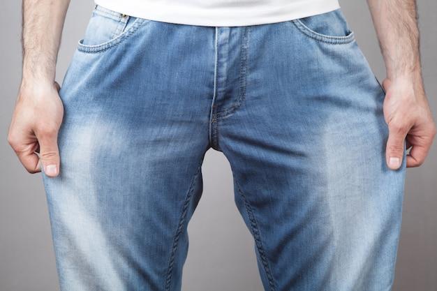 Hombre caucásico en jeans mojados. problema urinario