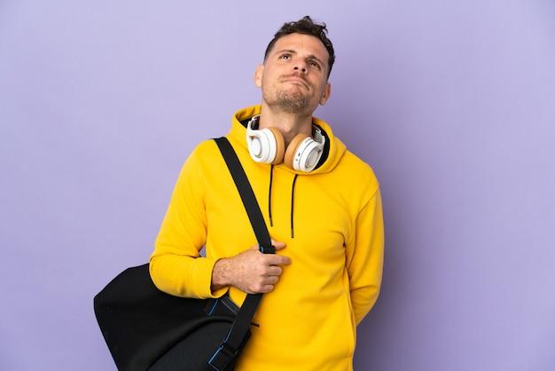 Hombre caucásico joven deporte con bolsa aislada