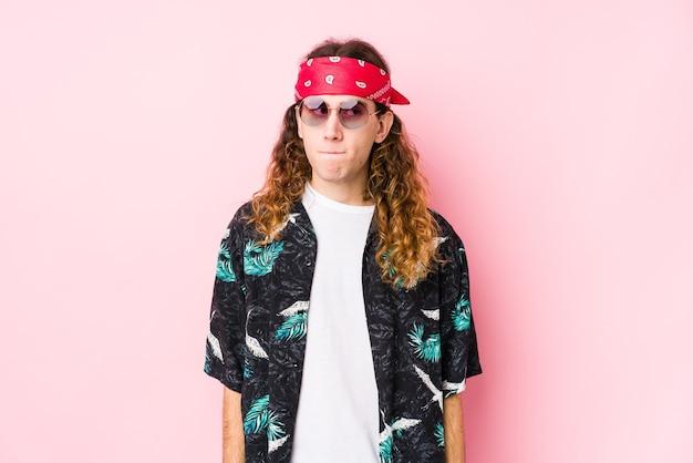 Hombre caucásico joven hippie aislado confundido, se siente dudoso e inseguro.