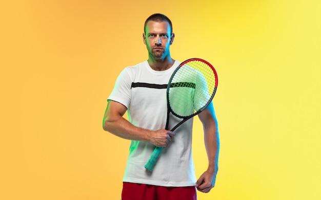 Un hombre caucásico jugando tenis aislado en estudio