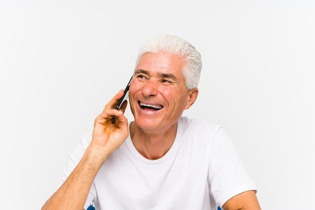 Hombre caucásico maduro hablando por teléfono