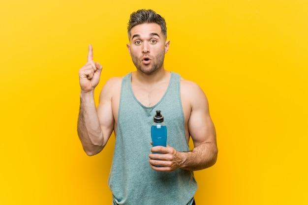 Hombre caucásico que sostiene una bebida energética que tiene una gran idea, concepto de creatividad.