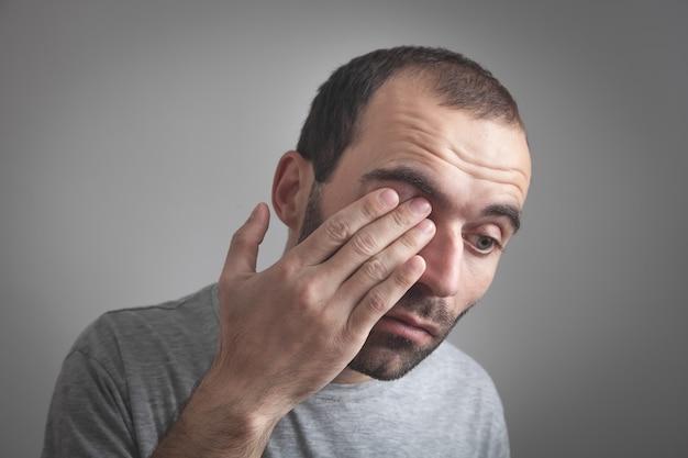 Hombre caucásico que tiene problemas de visión.