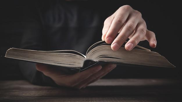 Hombre caucásico sosteniendo la biblia. religión