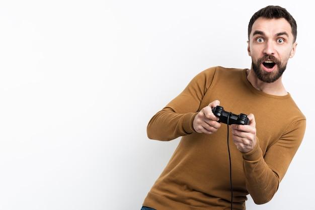 Hombre cautivado por el videojuego