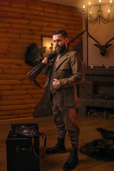Hombre cazador en ropa vintage con rifle antiguo