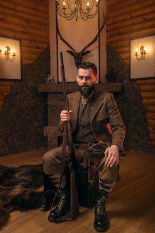 Hombre cazador vintage en ropa de caza tradicional